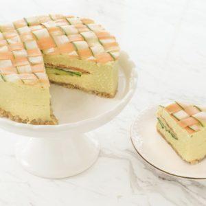 ホールケーキと切ったケーキ