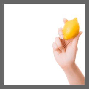 レモンを掴んでいる右手