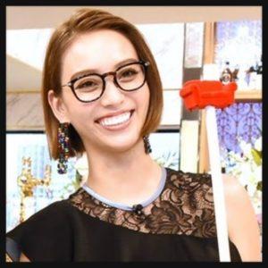 メガネで笑顔の滝沢カレン