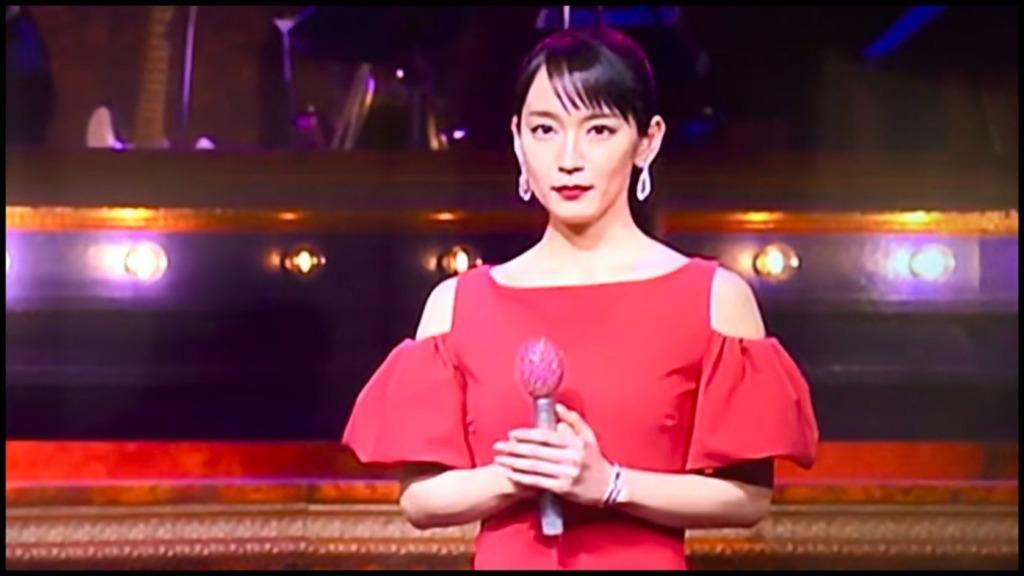 レコード大賞2020吉岡里帆の赤いドレスのブランドや値段・購入方法は?