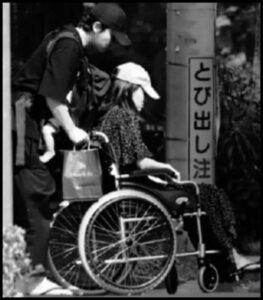 前田敦子の車椅子を押す勝地涼